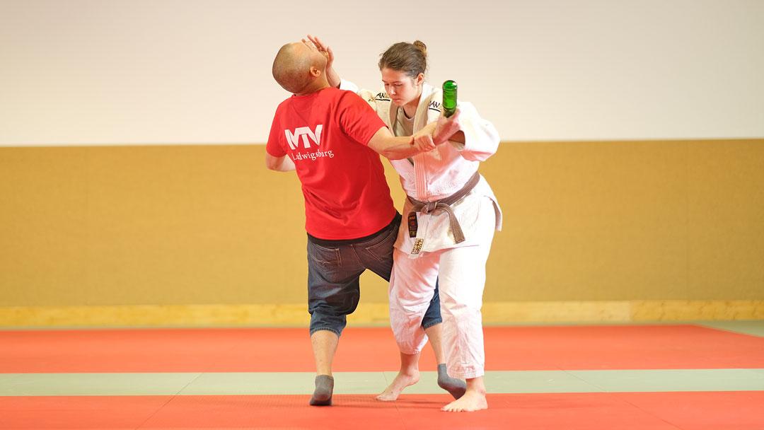 Zwei Personen beim Jiu-Jitsu Training